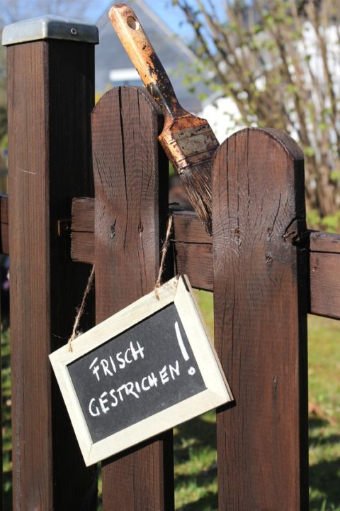 So ist es richtig: Das Holz streichen und den Pfosten durch Pfostenkappen schützen und verschönern - (C) Bjoern Wylezich - Fotolia